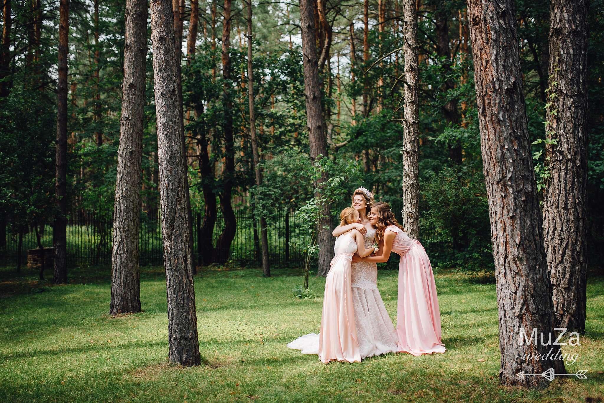невеста обнимает подружек невесты