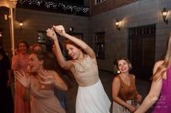 подружки ловят букет невесты