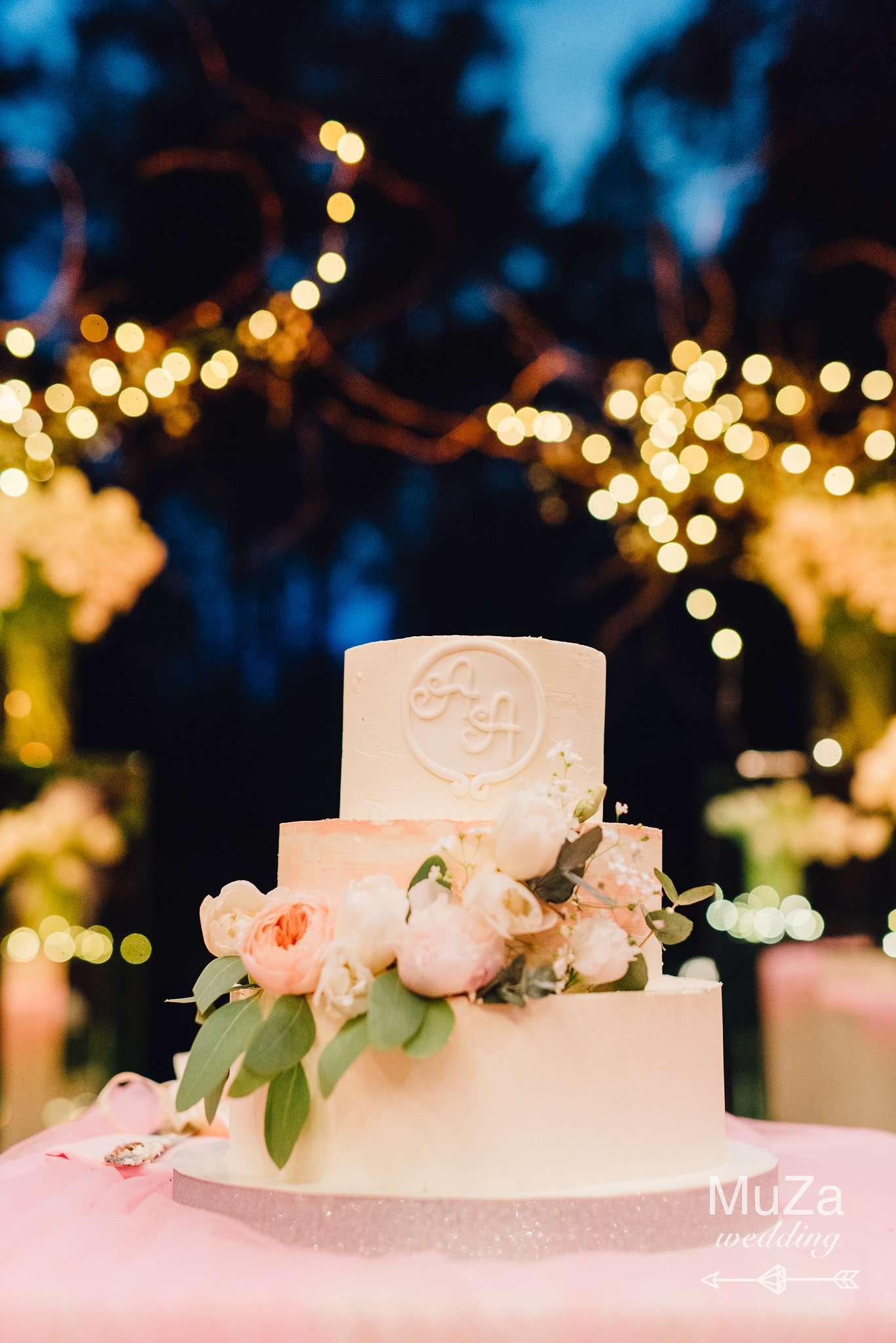свадебный торт, гирлянды, свечи