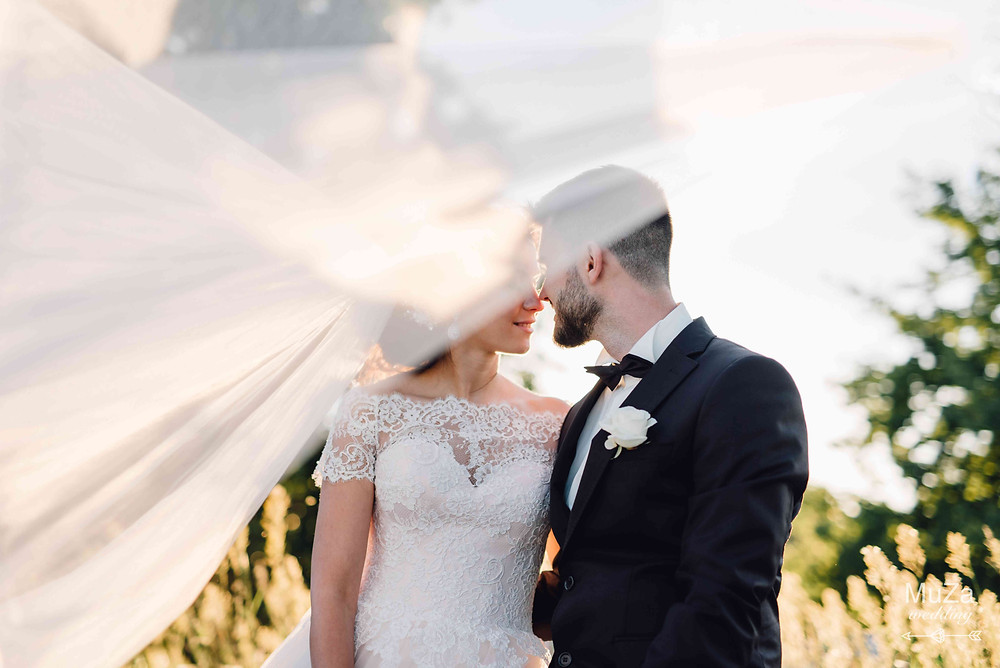 Фото невесты Юлии и жениха Сергея на закате на берегу Киевского моря, организатор - свадебное агентство MuZa-wedding