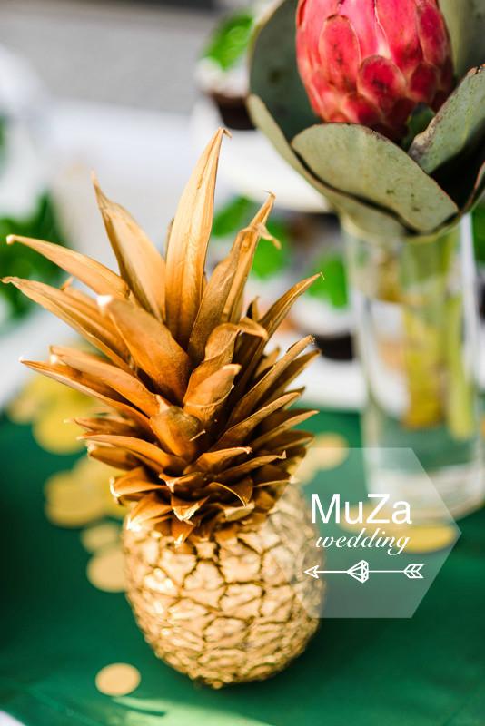 золотой ананас и цветок протеи в свадебном оформлении в стиле тропики. Организатор свадьбы: свадебное агентство MuZa-wedding, свадебный распорядитель Мария Зюзькова