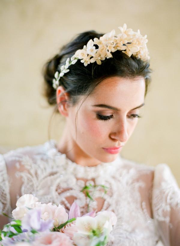 Изысканные аксессуары для волос на свадьбе. Используйте для украшения прически красивую заколку или повязку.  Кстати, такой аксессуар может стать семейной реликвией, которую вы сохраните и передадите по наследству.