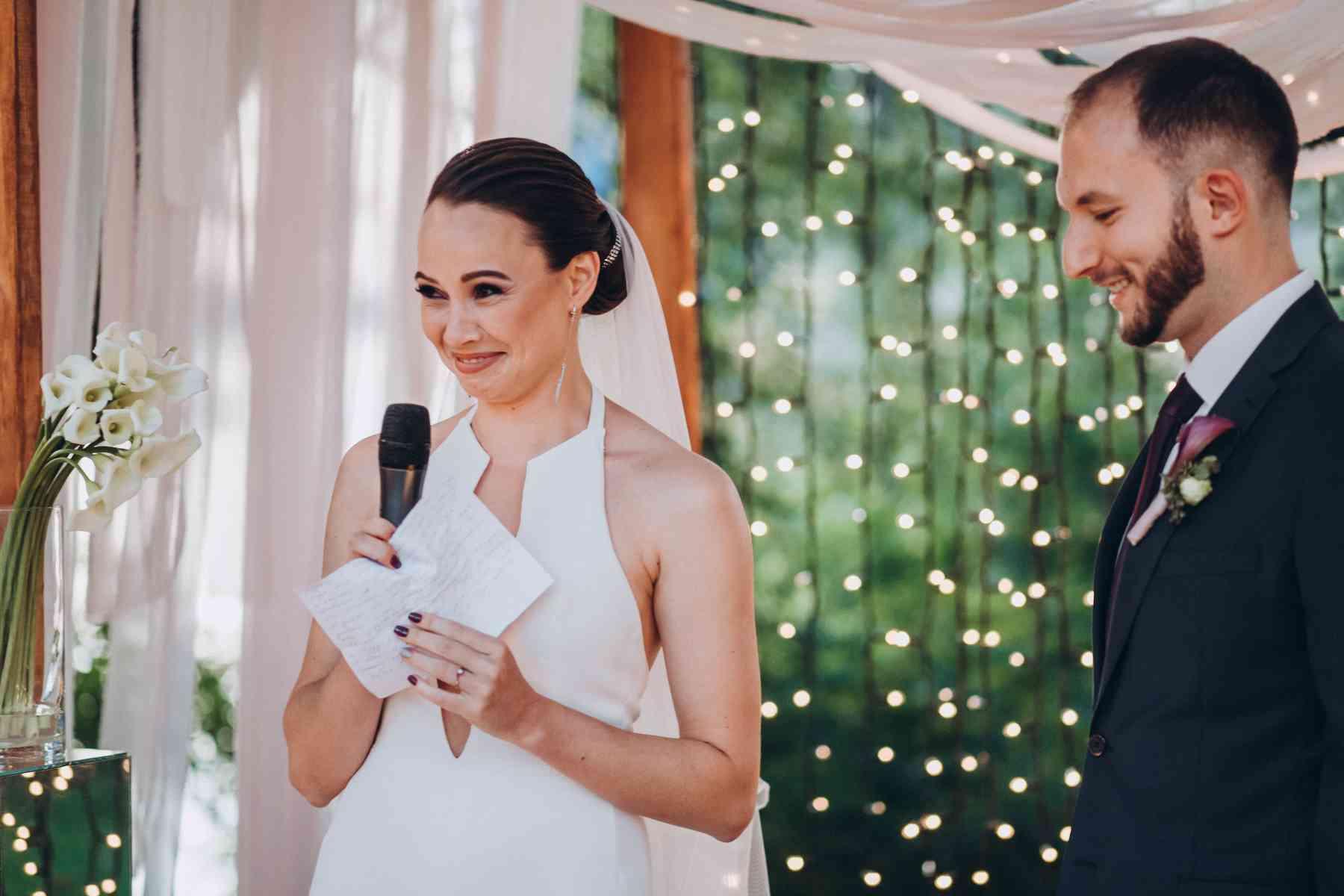невеста говорит клятву, эмоции
