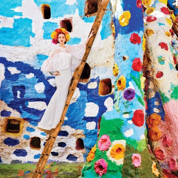 оригинальное свадебное платье для Лидии Херст, яркий цветочный венок или корона, необычный красивый образ невесты