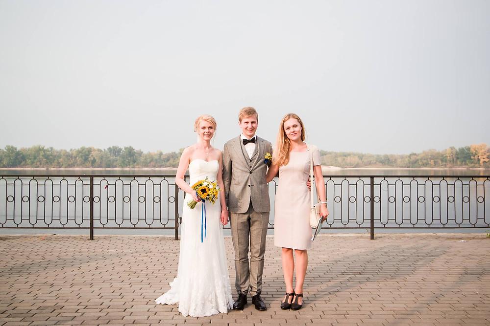Свадебный распорядитель (свадебный организатор) всегда присутствует в день свадьбы на площадке, поддерживает молодоженов и контролирует ход свадьбы