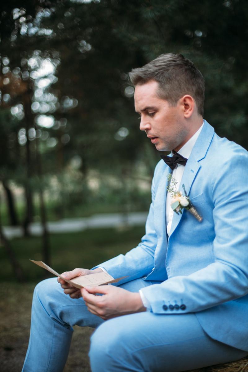 Жених Олег читает любовное письмо от невесты Виктории в день свадьбы утром перед началом свадебной выездной церемонии, организация свадьбы в Киеве свадебное агентство MuZa-wedding
