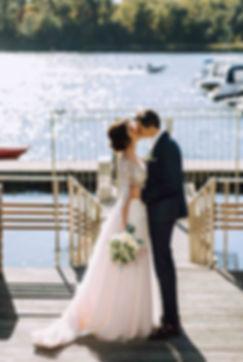 жених и невеста, первый поцелуй во врмя первой встречи first-look свадьба на берегу реки, организациявадьбы - свадебное агентство MUZA-wedding