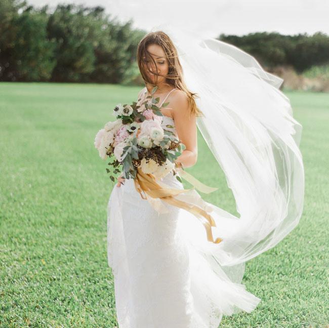 С чего начать подготовку к свадьбе? Красивая невеста с шикарным букетом, длинная фата невесты, ленты в букете невесты, свадебное агентство Киев MuZa-wedding
