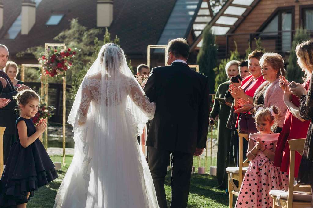 папа віводит невесу на церемонию