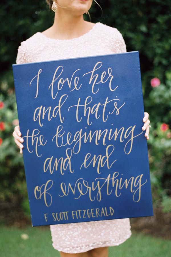 Есть ли у вас и вашего любимого есть любимая цитата или высказывание, имеющее особое значение в вашей истории любви, эти слова будут намного более значимыми, чем любое клише. Источник: http://www.stylemepretty.com/