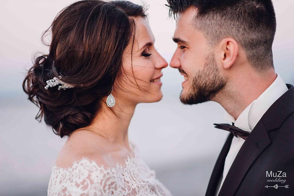 красивая и счастливая пара - невеста Юлия и жених Сергей. Искренние улыбки молодоженов в свадебный день