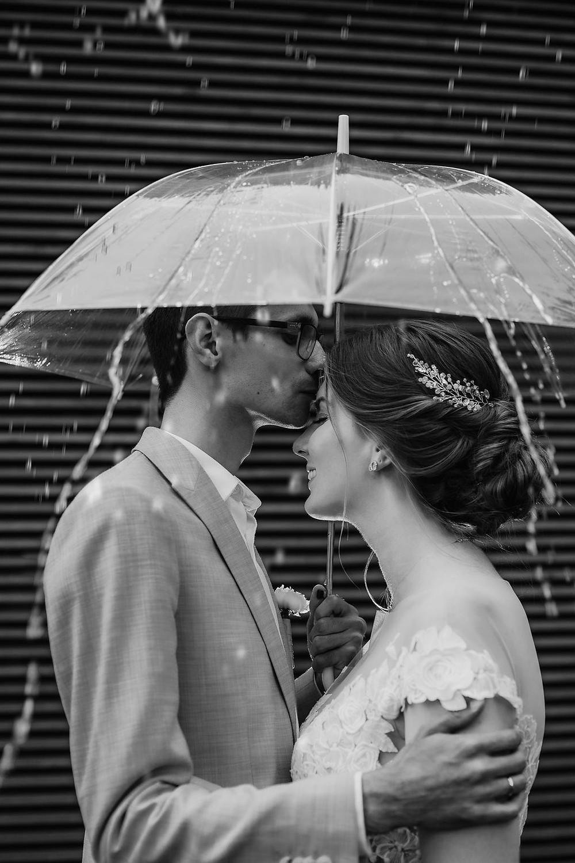 дождь на свадьбе, что делать, к чему, примета, фото пары под зонтом, молодожены, фотосессия, что делать, если дождь, свадебная церемония под дождем, план действий, свадьба