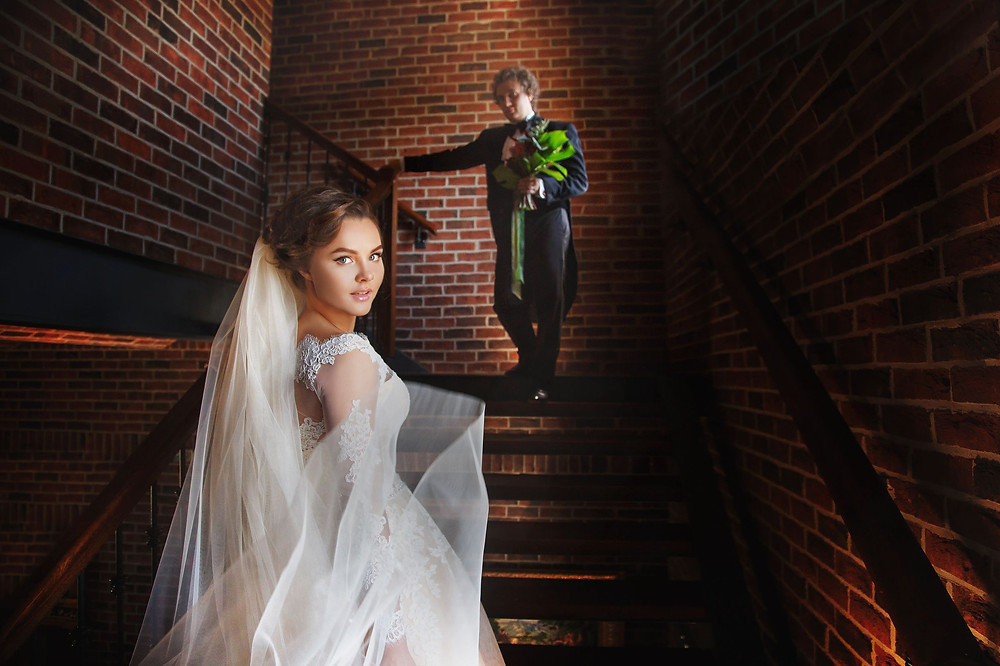 Свадебная фотосессия, жених и невеста, классическое свадебное фото, фотосессия на лестнице, красивая невеста, свадебное агентство в Киеве MuZa-wedding