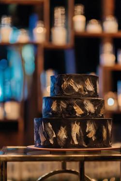 Черный торт с золотой поталью