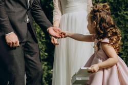 маленькая девочка подает кольца