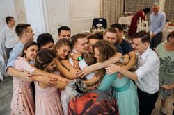 гости обнимают молодоженов свадьба