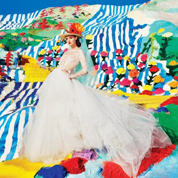 Одновременно нежный, элегантный, яркий и смелый образ невесты. Все дело в смелом аксессуаре - шляпке с живыми цветами. Образ для смелых невест.
