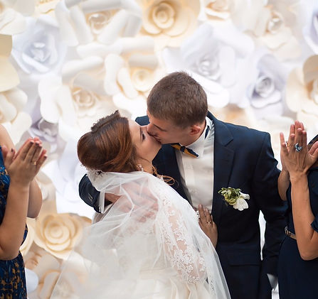 Красивая пара невеста Анна и жених Сергей, организация свадьбы - свадебное агентство в Киеве - MuZa-wedding, букет невесты из белых пионов, организация красивых эмоциональных свадеб в Киеве