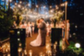 Красивая церемония подтверждения клятв для Натальи и Петра. Красивая пара молодоженов, красивый свадебный букет невесты с лентами, свадебная церемония на берегу Днепра