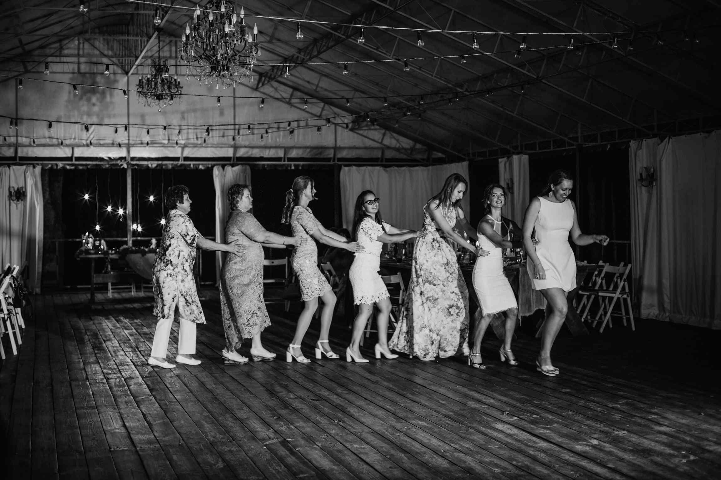 танцевальный батл на свадьбе фото
