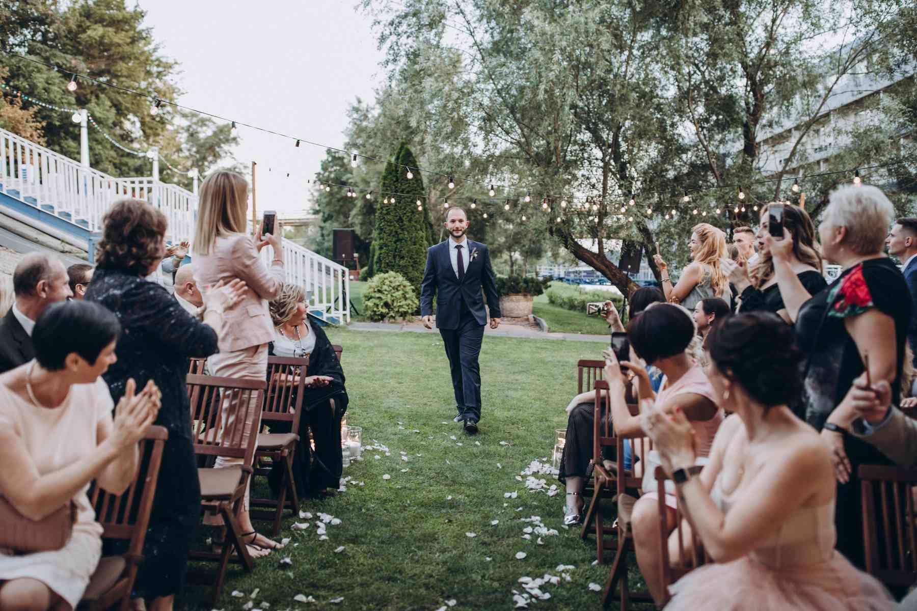 выход жениха на церемонии