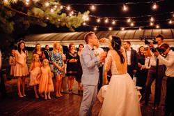 молодожены кормят тортом свадьба