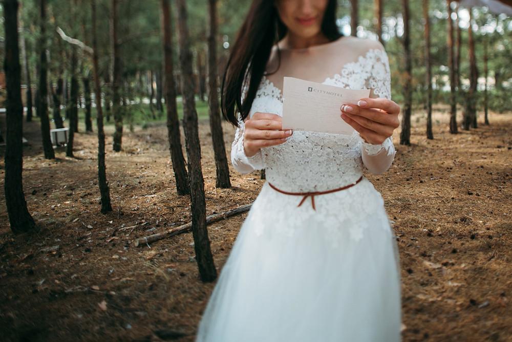 Письмо любви на свадьбе лучше прочесть в день свадьбы по-отдельности за несколько минут до свадебной церемонии. Свадебное агентство в Киеве MuZa-wedding