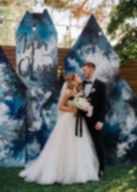 Жених и невеста на фоне фотозоны в форме Тракайского замка,свадебная вечеринка в Киеве, поможет организовать - свадебное агентство в Украине MUZA-wedding