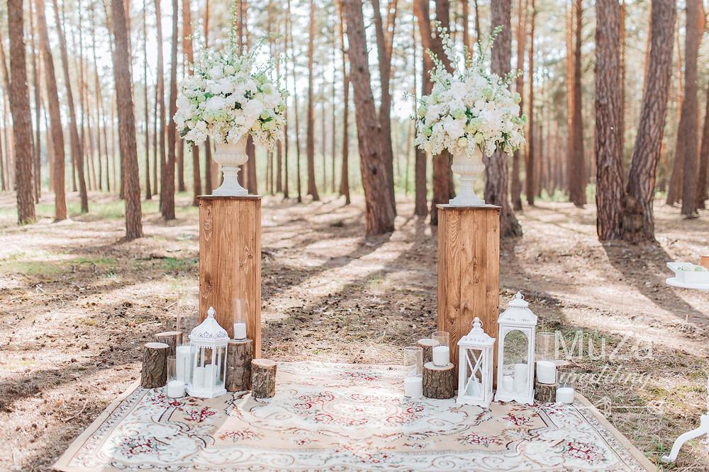 Лесная свадьба, свадебная церемония в лесу, свадебный декор: композиции из белой сирени, срубы, фонари, ковер на свадьбе