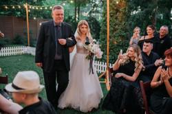 Как папа ведет невесту на церемонии