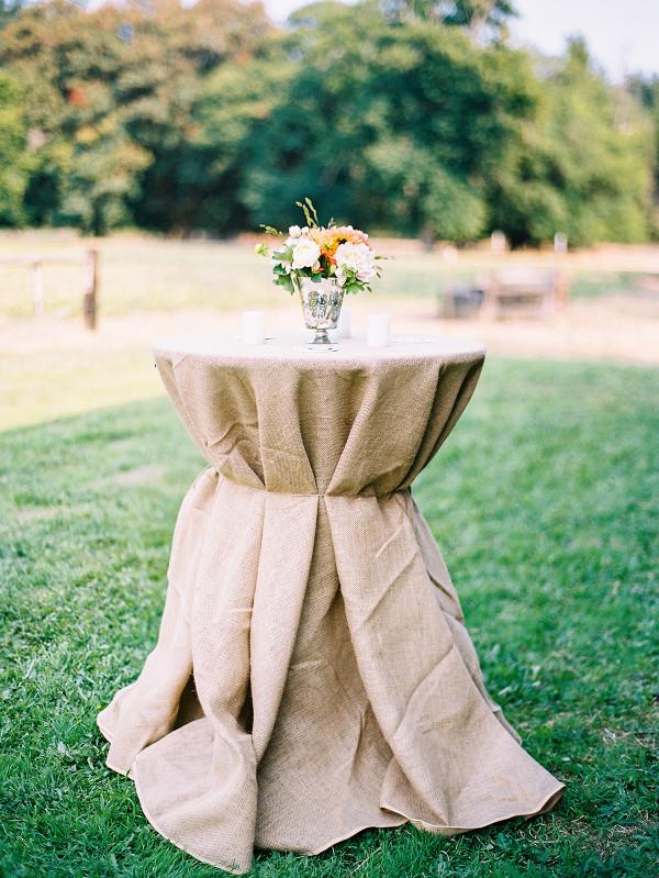 Источник: http://www.stylemepretty.com/ Мешковина на свадьбе хороша исключительно для стиля рустик или кантри (свадьба в деревенском стиле). В остальных случаях подберите лучшую альтернативу