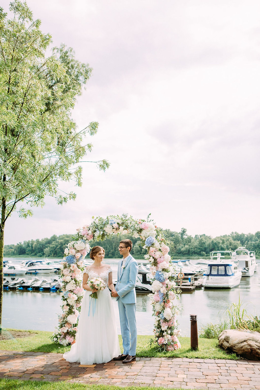 что делать, если дождь на свадьбу,свадебная церемония на берегу, жених и невеста, свадьба Киев, свадебное агентство Киев, свадьба в яхт-клубе, розово-голубая свадьба, свадебное агентство MUZA-wedding