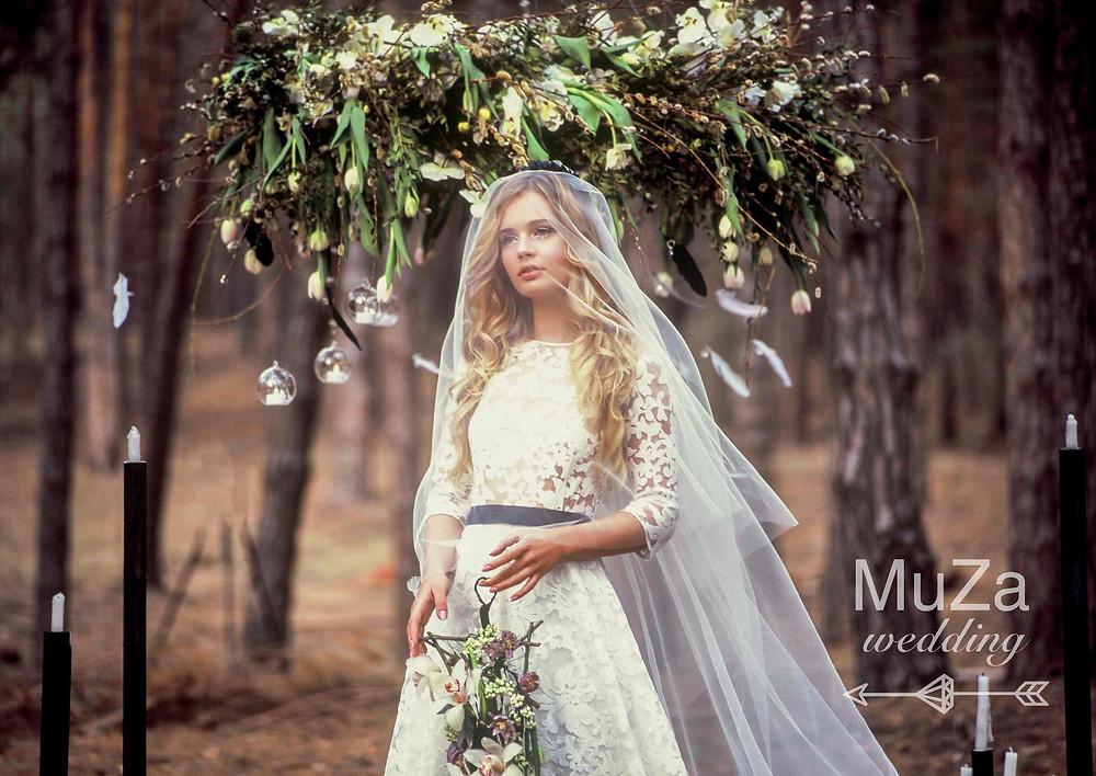 """Фотопроект """"Пробуждение"""": подвесная конструкция люстры из цветов, веток, лозы, перьев, стеклянных шаров и свечей. Загадочный светящийся образ модели-невесты, фотосессия в лесу, организация фотосессий в Киеве - свадебное агентство MuZa-wedding"""
