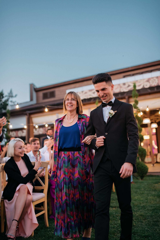 европейская (французская) традиция - жених выходит на свадебную церемонию под руку с мамой