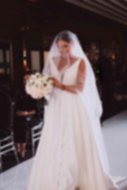 свадебная церемония в Киве, официальная регистрация брка в Киеве, выездной регистратор,выход невесты на церемонию, невеста может идти одна на церемонию, без папы, ведущая церемонии