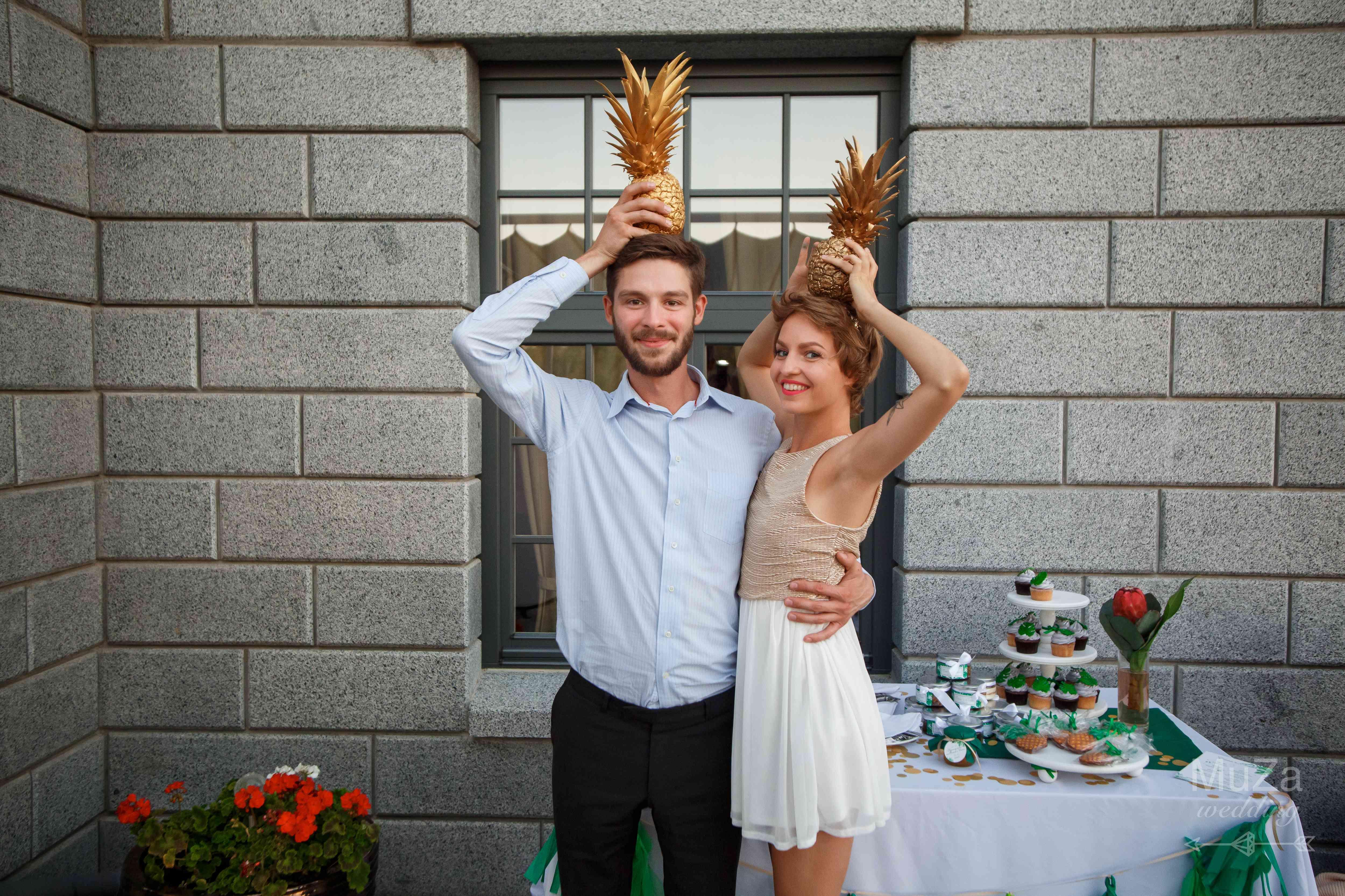 гости фото золотые ананасы свадьба