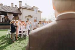 отец ведет невесту свадьба церемония