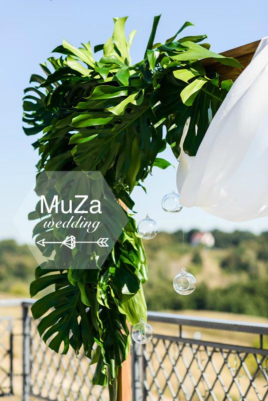 Монстера как главный цветок и главный мотив в свадебном оформлении, свадебный декор в тропическом чтиле, детали тропической свадьбы в комплексе Гвоздов, организация свадьбы -  свадебное агентство MuZa-wedding, Киев