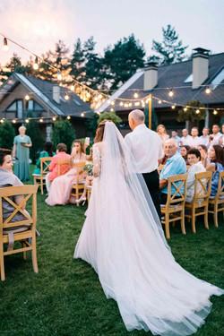 папа ведет невесту на церемонию