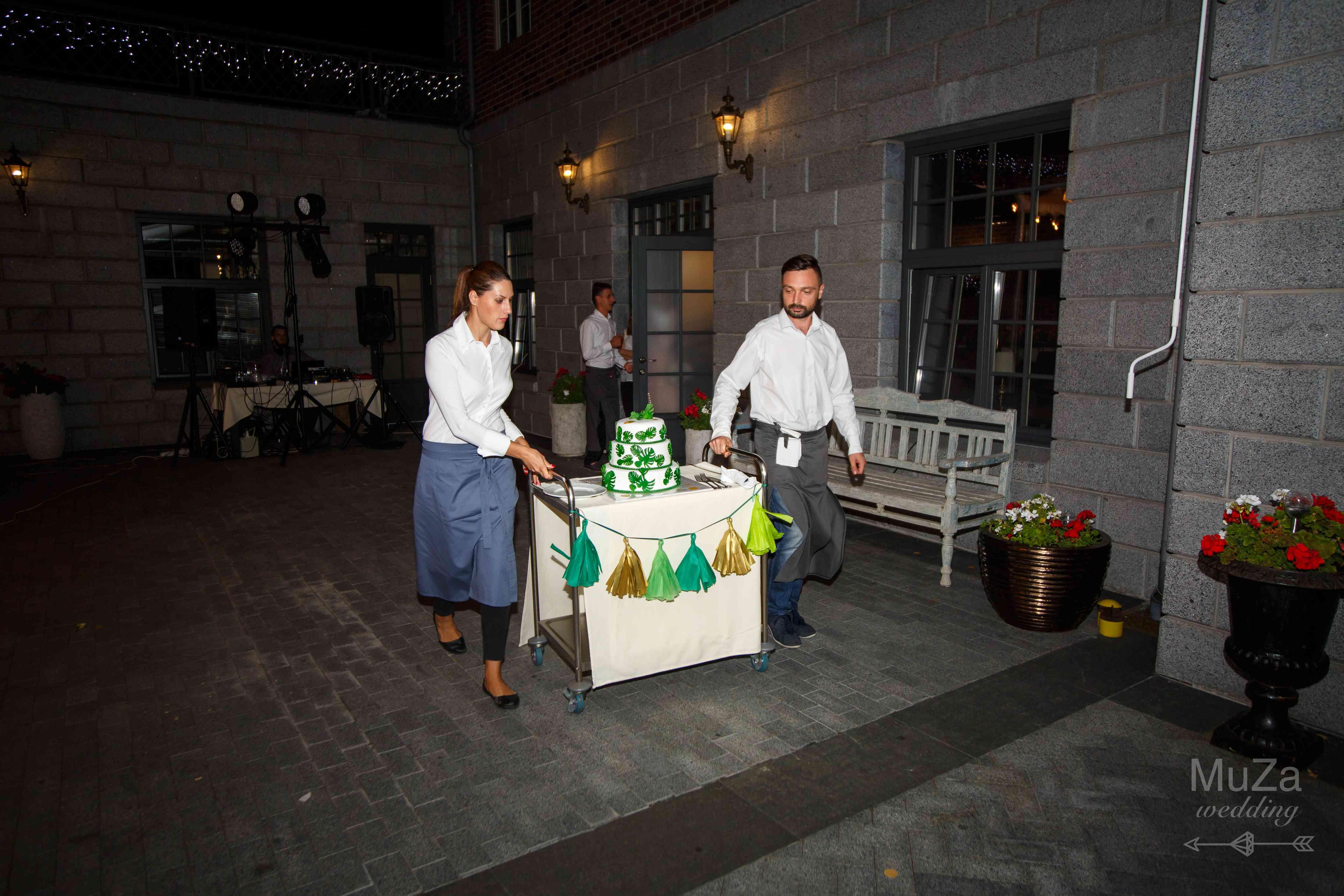 вынос торта вывозят свадьба