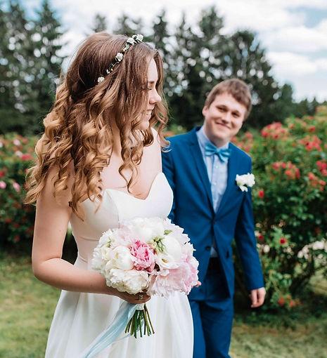 Красивая пара, нежная свадьба, организация камерной свадьбы, свадьба для самых близких, свадьба для родственников, фотосесси в Киевском ботаническом саду, букет невесты, пионы