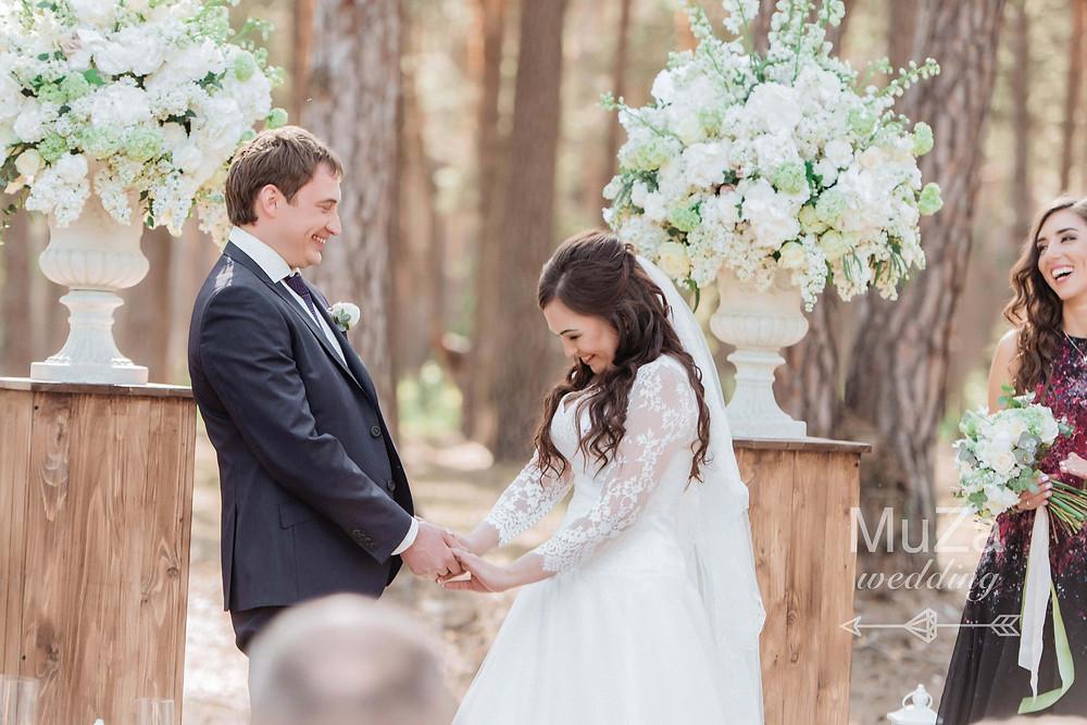 Женя и Женя, свадьба с красивой и атмосферной церемонией в лесу, жених и невеста на свадебной церемонии, шикарные цветочные белые композиции на свадебной церемонии, стиль свадьбы - лесная