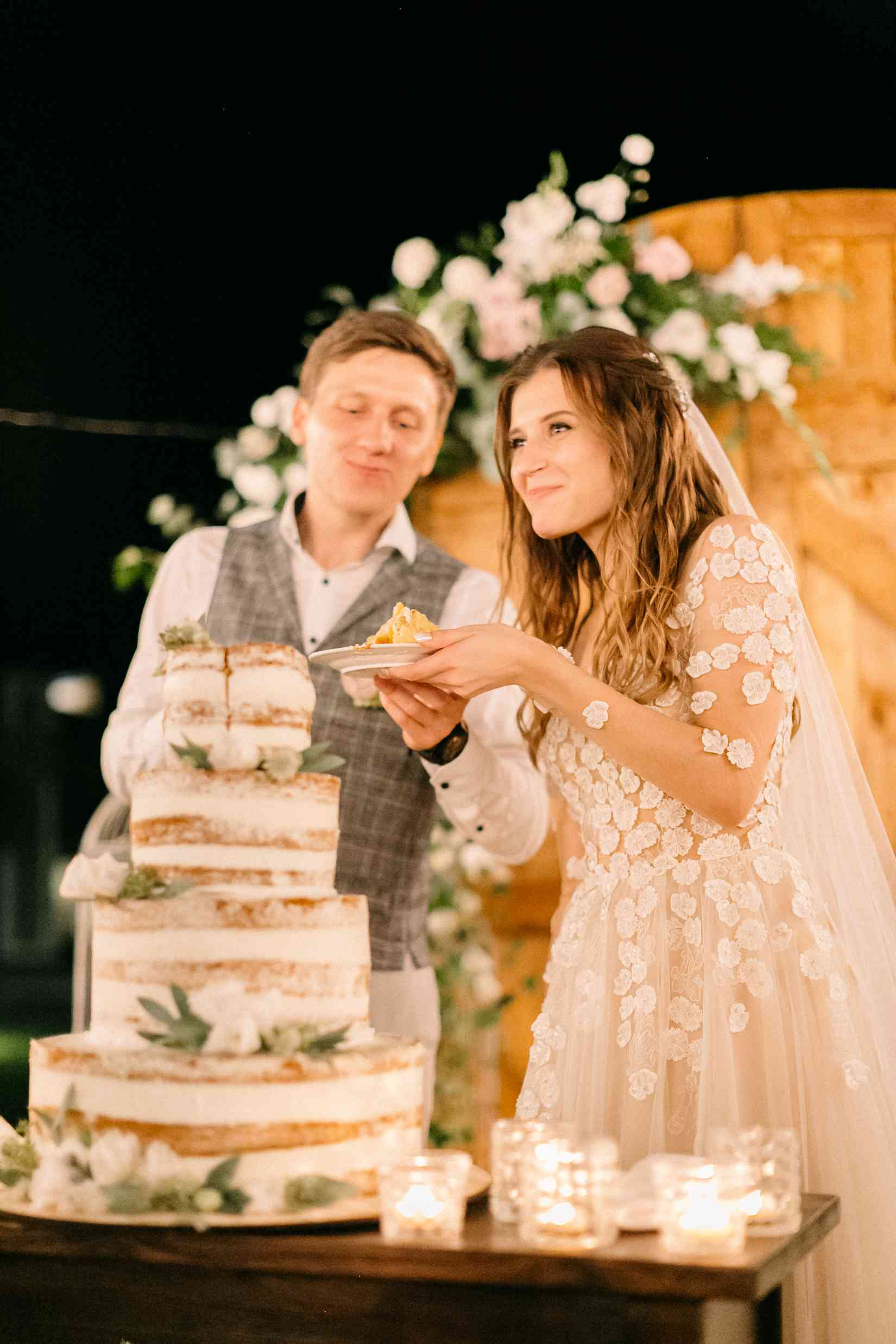 свадебный торт в стиле рустик цветы
