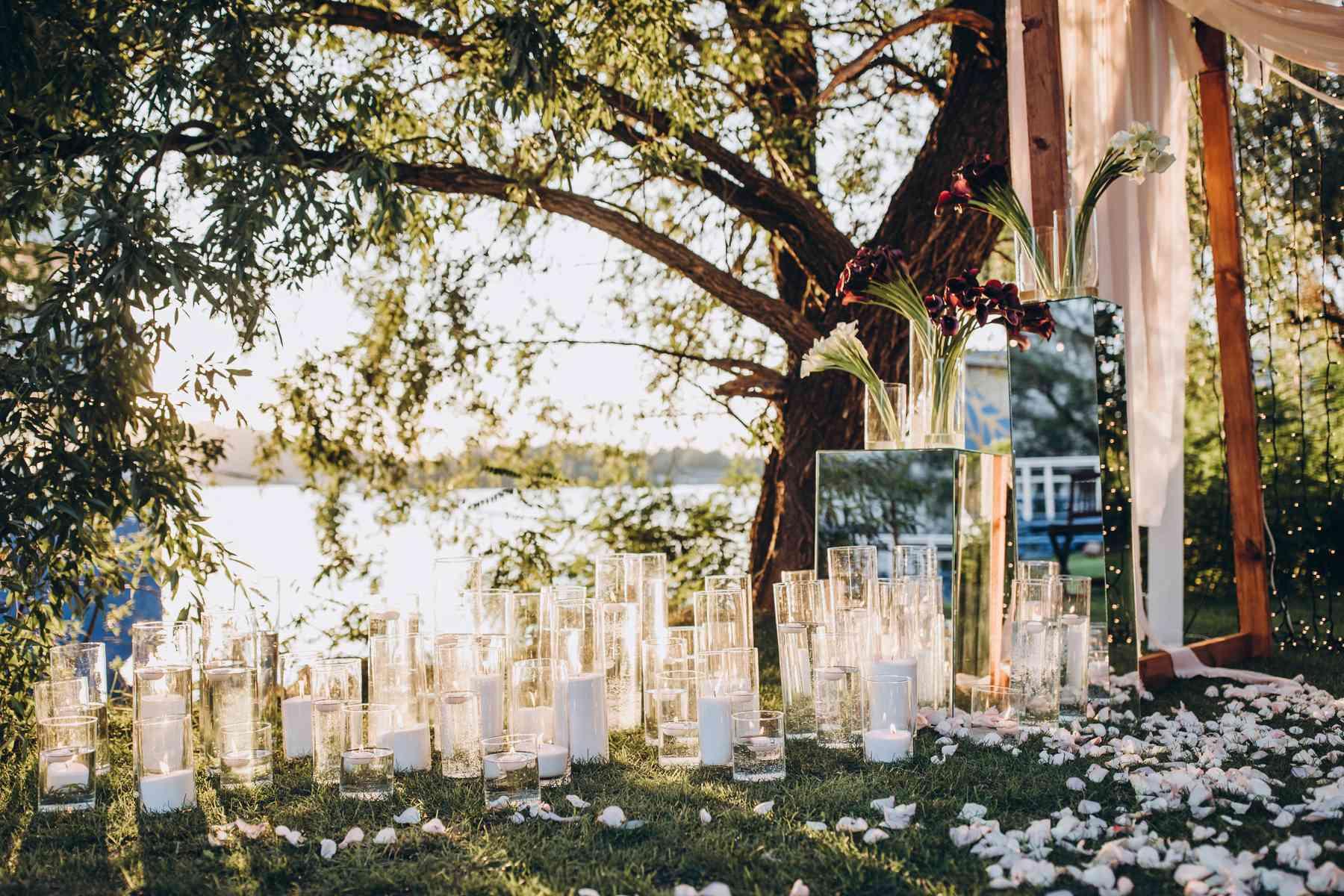 много колб со свечами на церемонии