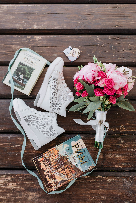 стильные свадебные детали: кеды на свадьбе для невесты, стильная деревянная бутоньерка жениха в форме воздушного шара, стильный дерзкий букет невесты