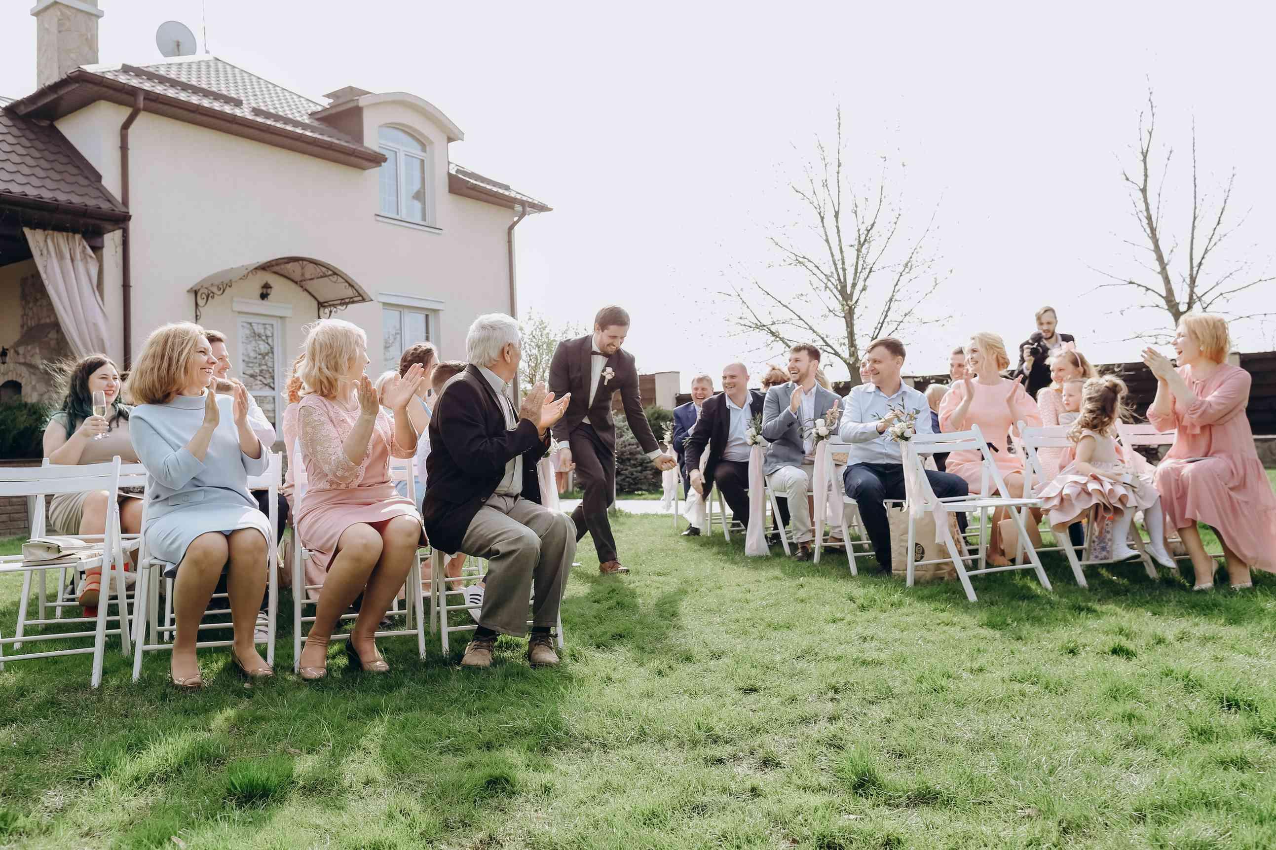 выход жениха на свадебной церемонии