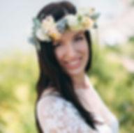 Красивая и счастливая невеста свадебного агентства MuZa-wedding Виктория, венок из живых цветов, роза, бруния, гипсофила