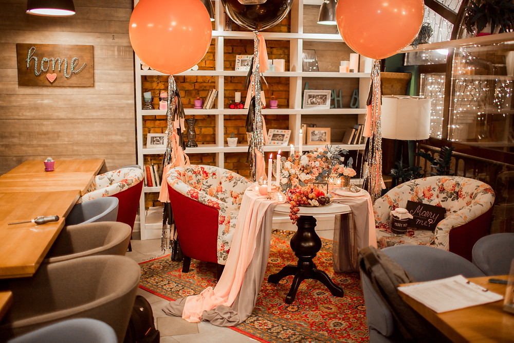 Красивый декор в розово-черной цветовой гамме от творческой мастерской Скарбнычка для романтического ужина (предложения руки и сердца): цветы, фрукты, свечи, воздушные шары, гирлянды