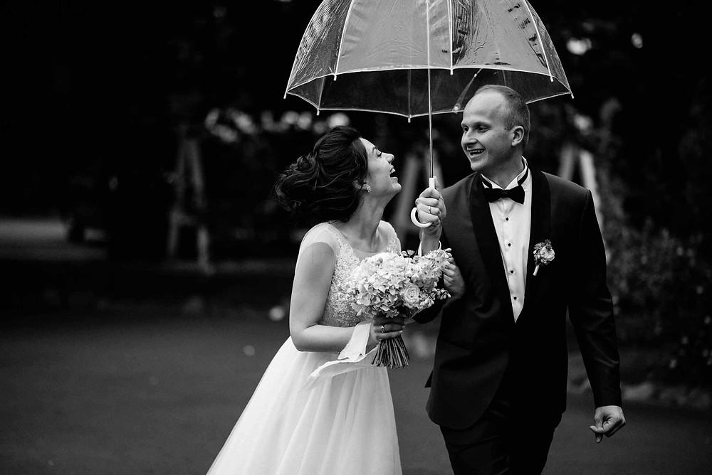 дождь на свадьбу - хорошая примета, и сулит молодоженам только счастье. Жених и невеста, фото под прозрачным зонтом, дождь во время свадебной церемонии, что делать. Свадьба в Киеве, Украина