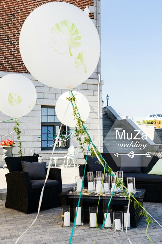 Лаунж зона на свадьбе в тропическом стиле: колбы, свечи, конфетти, большие круглые шары с рисунками листьев монстера, уютные диваны и подушки, свадебное агентство MuZa-wedding